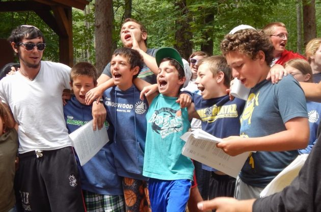 campers singing at shabbat